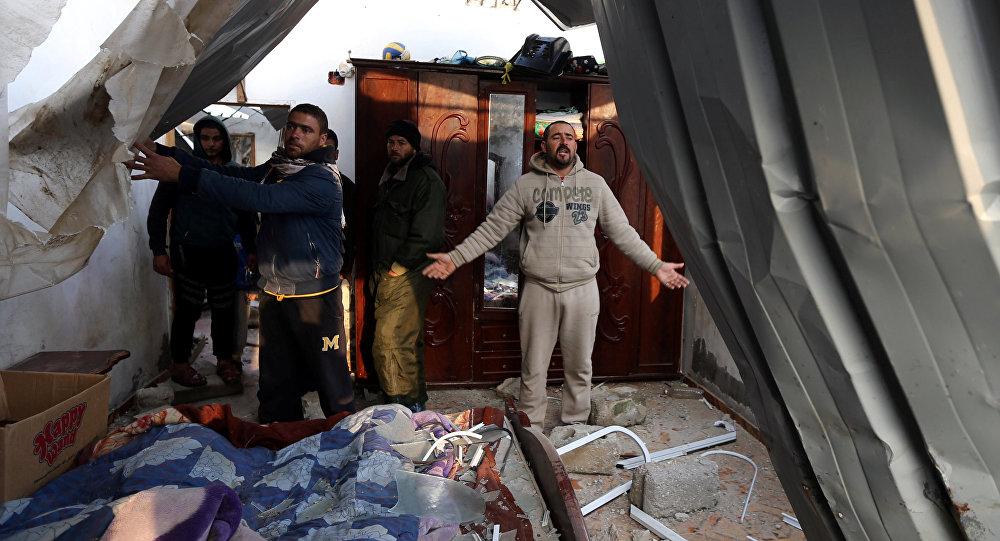 İsrail'in Gazze'ye hava saldırısında evi zarar gören Filistinli