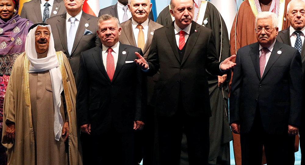 İslam İşbirliği Teşkilatı (İİT), ABD Başkanı Donald Trump'ın Kudüs'ü İsrail'in başkenti olarak tanıma ve ABD Büyükelçiliğini Tel Aviv'den Kudüs'e taşıma yönündeki planını açıklamasının ardından dönem başkanı Türkiye'nin ev sahipliğinde olağanüstü toplandı.