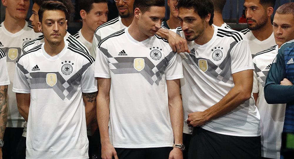 Alman milli futbol takımı forma tanıtımında Mesut Özil, Julian Draxler, Mats Hummels