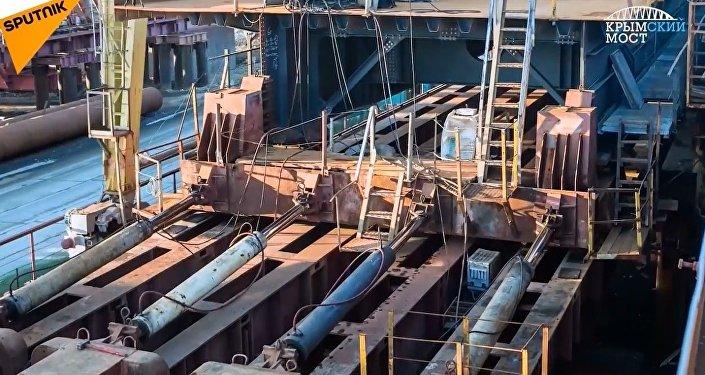 Kırım Köprüsü'nün otoyol şeritleri montaj çalışmaları böyle görüntülendi