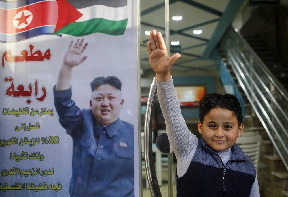 Pyongyang yönetiminin ABD'nin Kudüs kararını kınaması sonrası Gazze'deki Cebaliye mülteci kampı girişinde bir et restoranı işleten Selim Rabaa adlı Filistinli, Kuzey Kore lideri Kim'e minnettarlığını ilginç bir kampanyayla duyurdu. Rabaa, restoranının kapısına Kore lideri Kim'in Filistin davasındaki rolüne teşekkür için Koreli müşterilere yüzde 80 indirim diye yazdı.