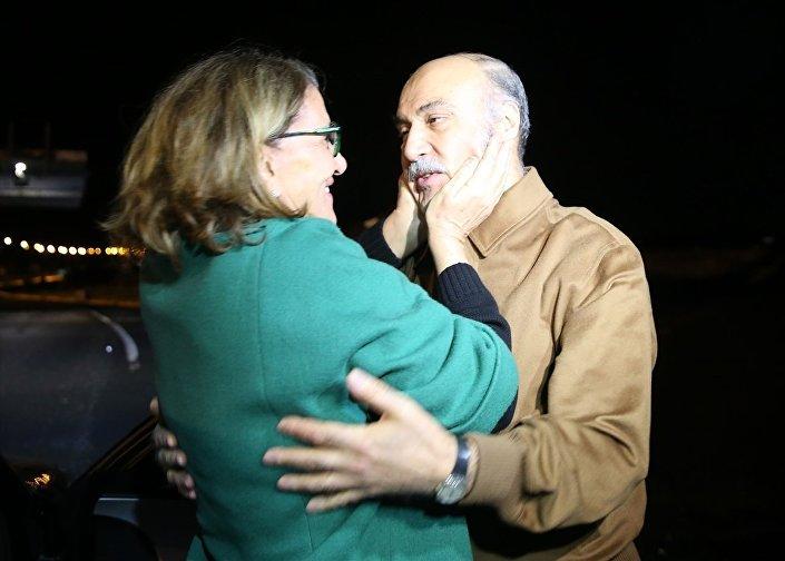 Silivri Cezaevi'nden minibüsle Kınalı gişelerine getirilen Hüseyin Çapkın'ı, eşi Nurten Çapkın karşıladı.
