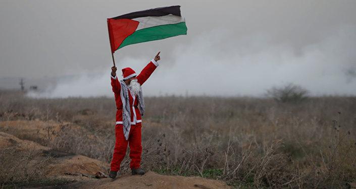 Noel Baba kılığındaki Filistinli bir gösterici