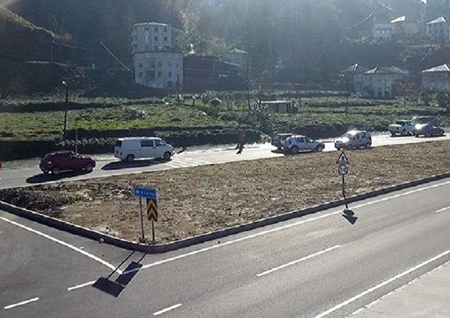 Rize'de duble yol yaparken köyün girişini unuttular