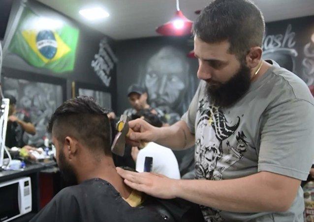 Suriyeli berberden baltayla saç traşı