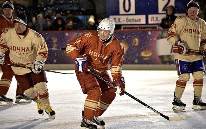 Putin, Kızıl Meydanda buz hokeyi oynadı