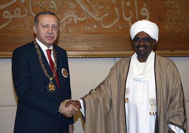 Cumhurbaşkanı Recep Tayyip Erdoğan'a, Sudan Cumhurbaşkanı Ömer Beşir tarafından Yüksek Devlet Nişanı takdim edildi
