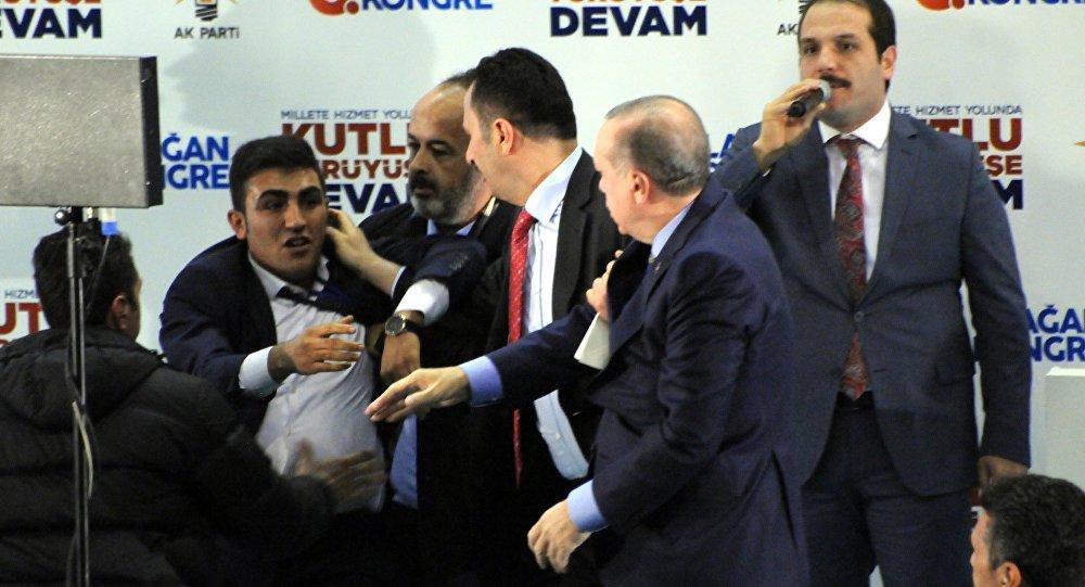 Cumhurbaşkanı Recep Tayyip Erdoğan'a sarılmak isteyen Hüseyin Demircan