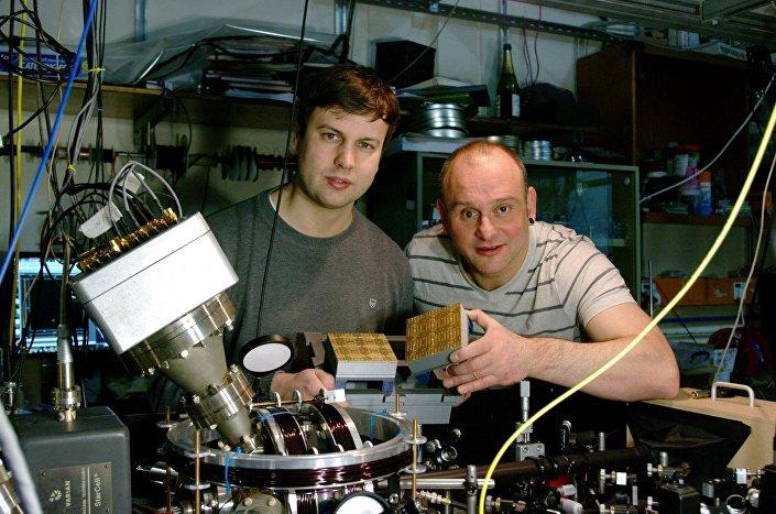 Kuantum bilgisayarı prototipi inşa etmekte olan Prof. Hensinger ve Dr Lekitsch kuantum bilgisayarının ayrıntılı tasarımını yayınladı