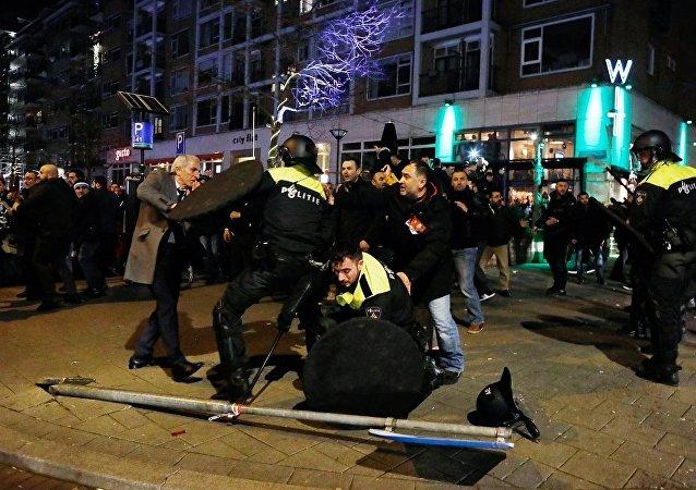 Hollanda polisi, Bakan Kaya'ya destek vermek için toplanan Türk vatandaşlarına sert müdahalede bulundu.