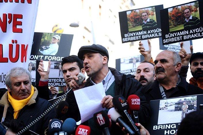 Odatv davası nedeniyle bir yıl cezaevinde kaldıktan sonra 12 Mart 2012'de tahliye edilen Cumhuriyet gazetesi muhabiri Ahmet Şık, 30 Aralık 2016'da 'Örgüt propagandası yaptığı' iddiasıyla yeniden tutuklandı.