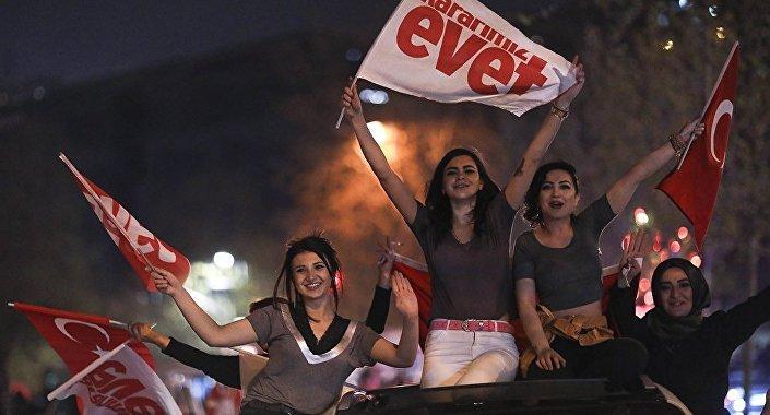 Sandıktan 'Evet' çıkması, bir yandan kutlamalar diğer yandan protestolarla karşılandı.