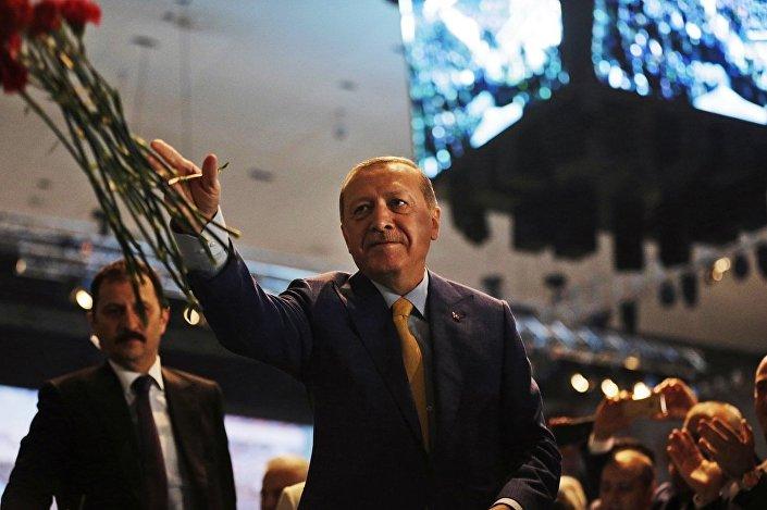Erdoğan'ın parti genel başkanı seçilmesiyle Türkiye'de cumhurbaşkanlığı hükümet sistemine geçişte önemli bir adım daha atılmış oldu.
