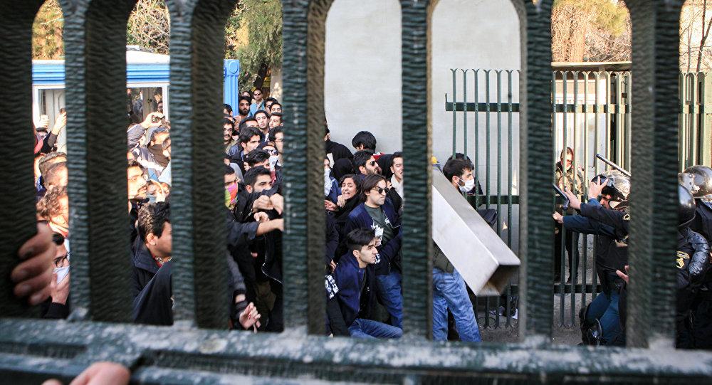Tahran Üniveristesi'nde öğrencilerle polis çatıştı