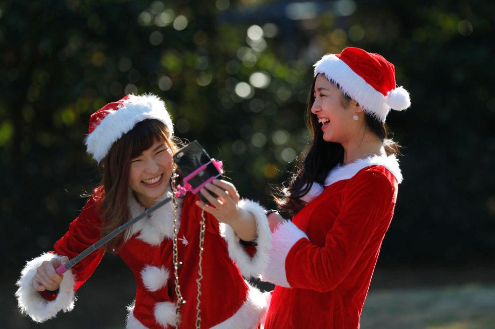 Güney Kore'de bir akvaryumda düzenlenen bir etkinlikteki Noel anneler