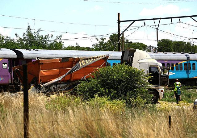 Güney Afrika'da yolcu treni ile kamyon çarpıştı