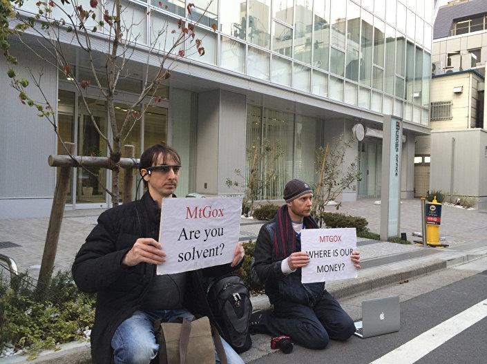 Japonya'da o dönem Bitcoin'in dünya çapında en büyük borsasını yöneten MtGox şirketinin yönetim kurulu başkanı Mark Karpeles 3 Ağustos 2015'te gözaltına alınmıştı. Karpeles'in Şubat 2014'te 387 milyon dolar değerinde Bitcoin'in ortadan kaybolmasında parmağı olduğundan şüpheleniliyordu. Paraları kaybeden kişiler de şirketin başkent Tokyo'daki binasının önünde 'Paramız nerede?' yazılı pankartlarla eylem düzenlemişti.