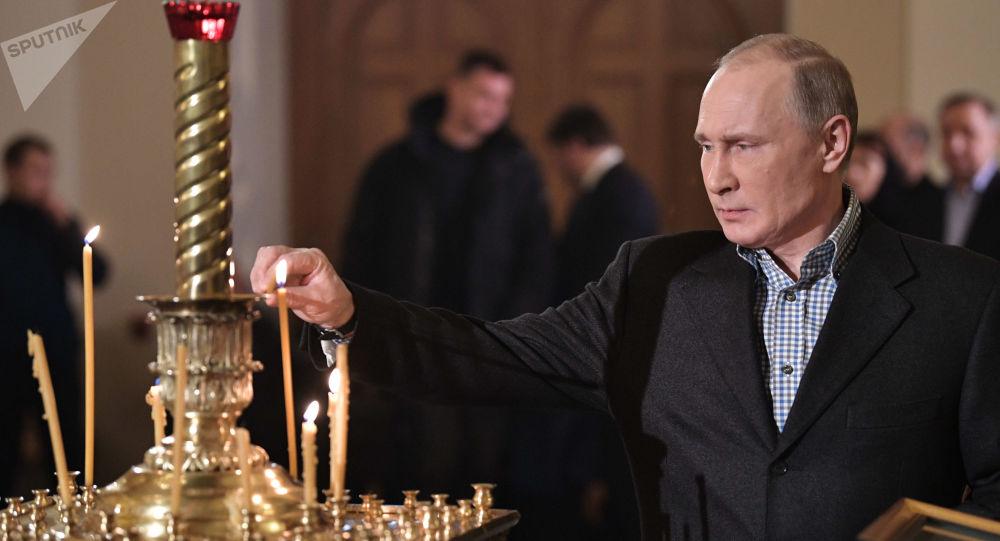 Rusya Devlet Başkanı Vladimir Putin, St. Petersburg'daki bir kilisede düzenlenen Noel gecesi ayinine katıldı.
