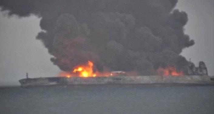 İki gündür Çin açıklarında yanan tankerin patlamasından korkuluyor 23