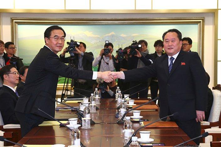 Bu arada Kuzey Kore ve Güney Kore ile arasındaki askeri acil iletişim hattının bakım çalışmalarının tamamlandığı ve hattın yarın yerel saatle 08.00'den itibaren normal görüşmelere açılacağı açıklandı.