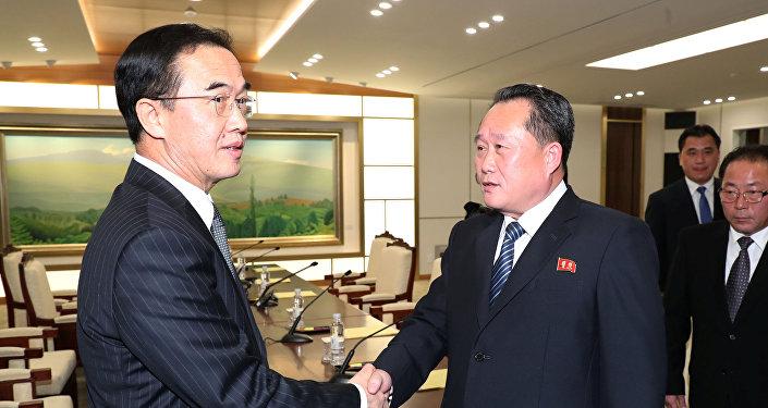 Kuzey Kore delegasyonunun başındaki Ri Son Gwon ile Güney Koreli mevkidaşı Cho Myoung-gyon