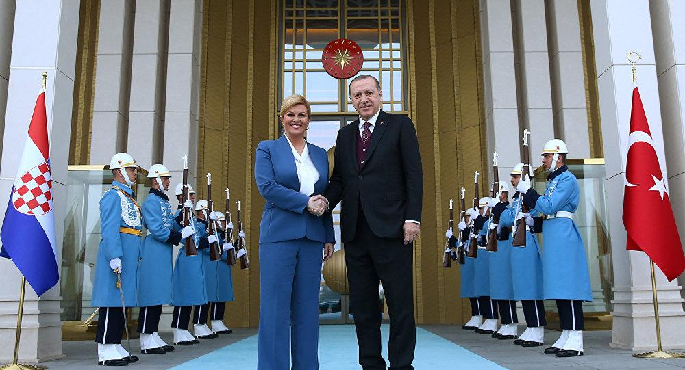 Erdoğan, Hırvatistan Cumhurbaşkanı Kolinda Grabar Kitarovic'i törenle karşıladı.