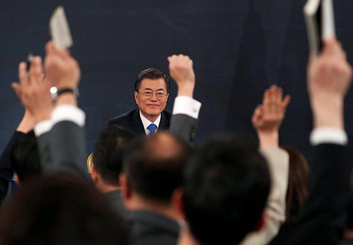 Bu arada Moon, İkinci Dünya Savaşı'nda Japon askerleri tarafından istismar edilen Koreli kadınlar konusunda Japonya'dan özür talep etti. Japonya da bu talebin kabul edilemez olduğunu belirterek Güney Kore'yi protesto etti.