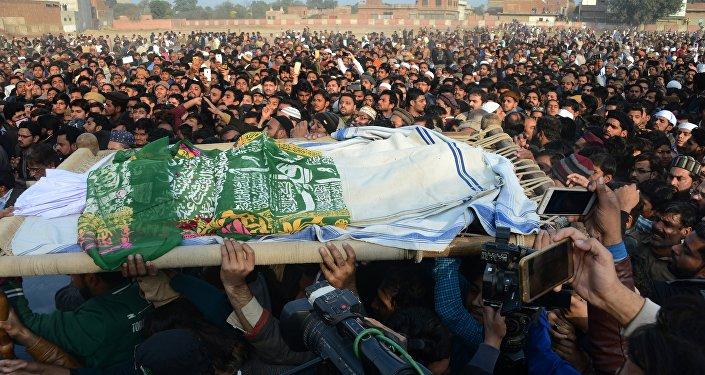 Tecavüz edilip öldürülen 7 yaşındaki Zeynep'in cenazesine binlerce kişi katıldı