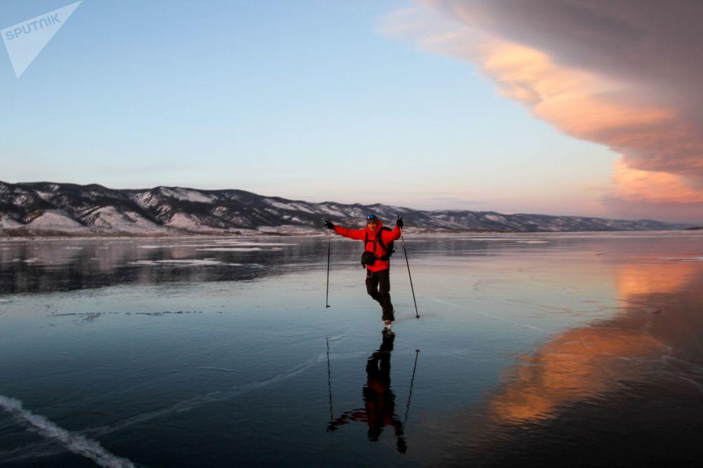 Baykal Gölü'nde buz pateni.