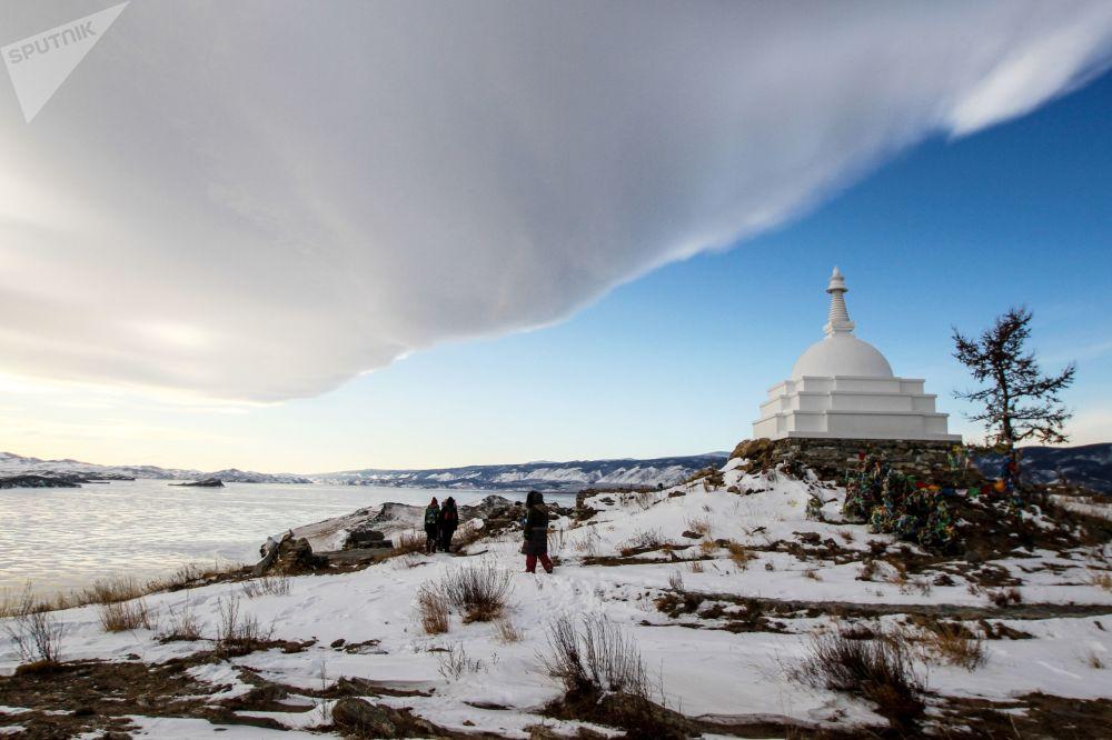 Ogoy Adası'nda bulunan bir Budist stupa'sı.