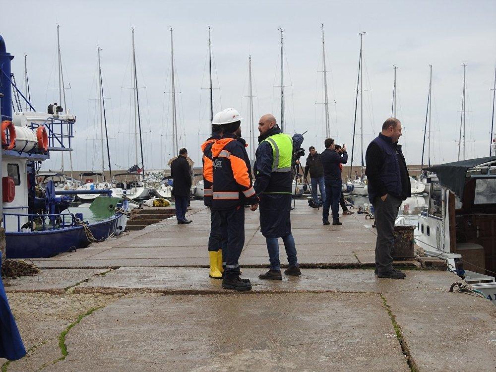Urla'da denize fuel-oil sızdı, liman kapatıldı