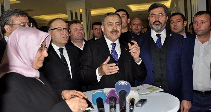 Orman ve Su İşleri Bakanı Veysel Eroğlu, bir otelde gerçekleştirilen '2017 Yılı Afyonkarahisar Yatırımlarını Değerlendirme Toplantısı'na katılmak üzere geldiği kentte, gazetecilerin sorularını cevapladı.