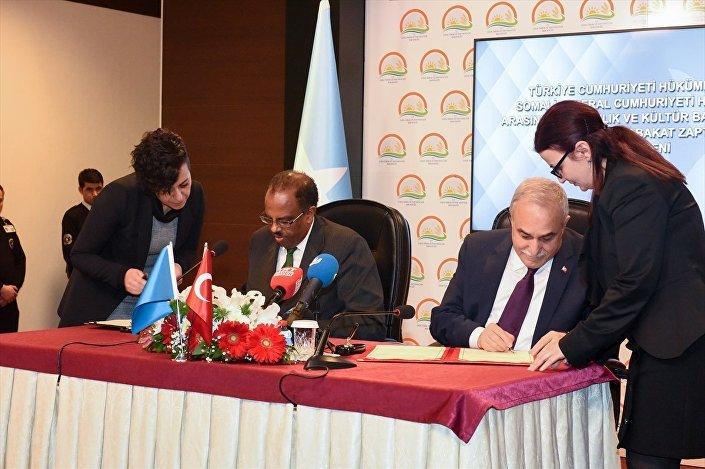 Türkiye ile Somali arasında balıkçılık ve kültür balıkçılığına ilişkin mutabakat zaptını, Fakıbaba ile Somali Balıkçılık ve Su Kaynakları Bakanı Abdirahman Abdi Hashi imzaladı.