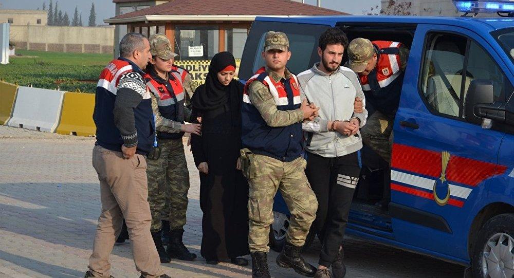 Hatay'ın Kırıkhan ilçesinde, IŞİD mensubu olduğu ileri sürülen Fas uyruklu 1'i kadın 2 zanlı çıkarıldıkları mahkemece tutuklandı.