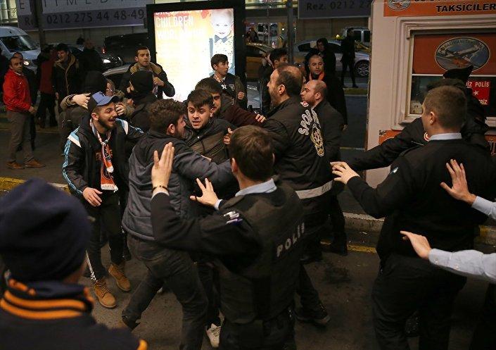 Arda Turan'ın gelişi sırasında Atatürk Havalimanı'nda izdiham yaşanırken polis ve taraftarlar karşı karşıya geldi. Terminal içinde Arda'yı çevreleyen polislerle basın mensupları arasında yaşanan arbede, çıkışta bekleyen taraftarlar ve güvenlik güçleri arasında kavgaya dönüştü.