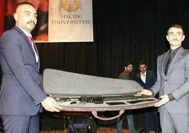 Selçuk Üniversitesi'nde Ülkü Ocakları yöneticilerine tüfek hediye edildi