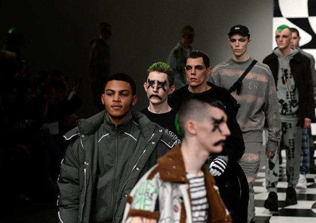 Moda erkek modeller Liam Hodges show