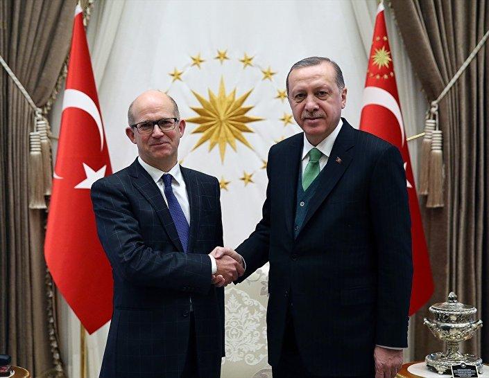 Cumhurbaşkanı Recep Tayyip Erdoğan, Birleşik Krallık Büyükelçisi Dominick John Chilcott'u (solda) kabul etti. Kabulde, Büyükelçi Chilcott, Cumhurbaşkanı Erdoğan'a güven mektubunu takdim etti.