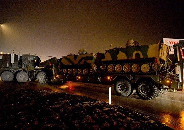 Suriye sınırında konuşlu birliklere takviye amaçlı gönderilen askeri araçlar Kilis'e ulaştı.