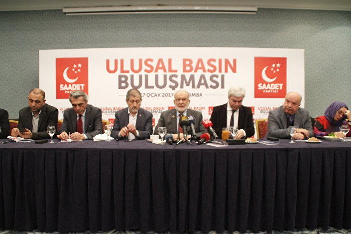 Saadet Partisi Genel Başkanı Temel Karamollaoğlu, 'Ulusal Basın Buluşması' adı altında düzenlenen toplantıda gazetecilerle bir araya geldi.
