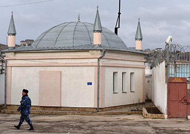 Kırım cezaevleri üzerinde hilal ve haç yükseliyor