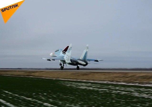 Rus savaş uçaklarının otoyola inişi böyle görüntülendi
