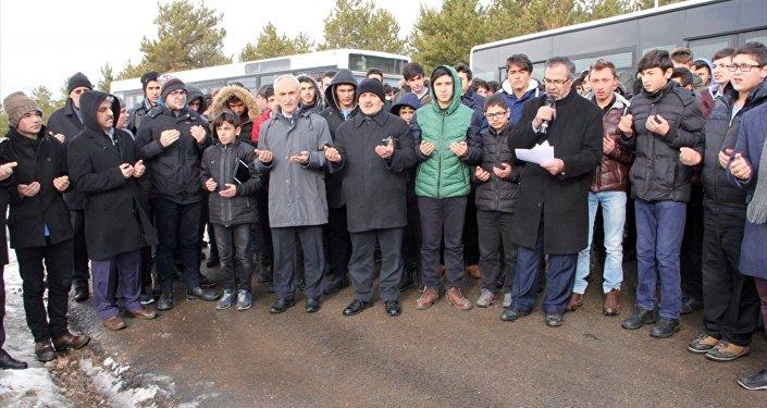 Sivas'ta kar duasına çıkan imam hatipli öğrenciler