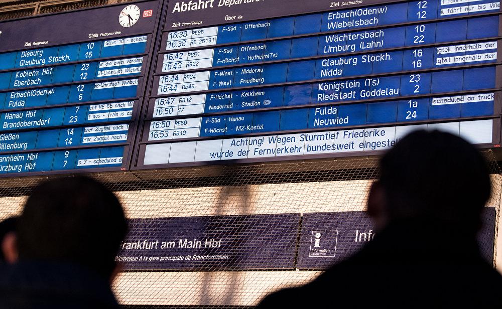 Almanya'da dün yüz binlerce demiryolu yolcusu yolda kalmıştı. Kimileri son dakika rezervayonları ile geceyi otellerde geçirirken, kimileri geceyi tren istasyonlarında geçirdi. Ülke genelinde birçok otomobil de fırtınada zarar görmüştü.
