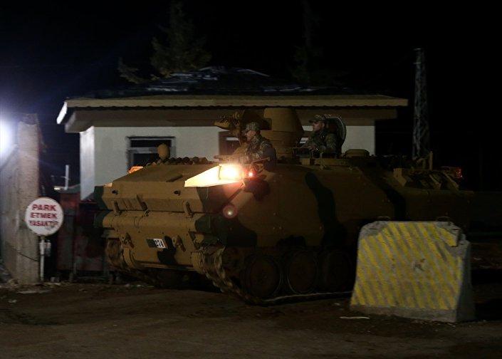 Öncüpınar Sınır Kapısı'ndan Suriye'nin Azez bölgesine askeri araç sevkiyatı yapıldı.