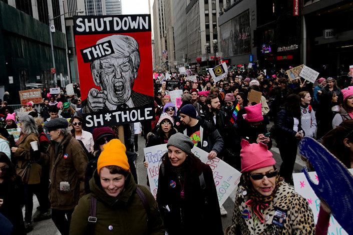 ABD'nin New York kentinde gerçekleştirilen Kadınlar Yürüyüşü'nde Trump karşıtı dövizler taşındı.
