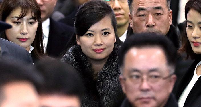Bu arada Kuzey Kore'nin kız grubu Moranbong'un lideri Hyon Song-wol dün açılış töreni kapsamındaki etkinliklerin düzenleneceği tesisleri gezmek için Güney Kore'nin başkenti Seul' gitti. Taraflar arasındaki ikinci üst düzey görüşmede de hazır bulunmuş olan Hyon, son yıllarda Güney Kore'yi ziyaret eden en üst düzey Kuzey Korelilerden biri olarak değerlendiriliyor.