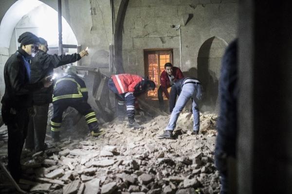 Roketlerden ilki Çalık Camisi'nin kubbesine isabet edip gürültüyle patladı. Camide büyük hasar oluştu. Saat 17.56'da okunan ezan sonrası gelip akşam namazını kılan cemaatten 8 kişi, camiden çıktıkları sırada yaralandı.