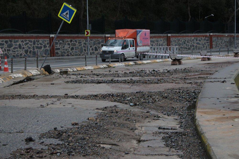 Sarıyer'de yol çöktü
