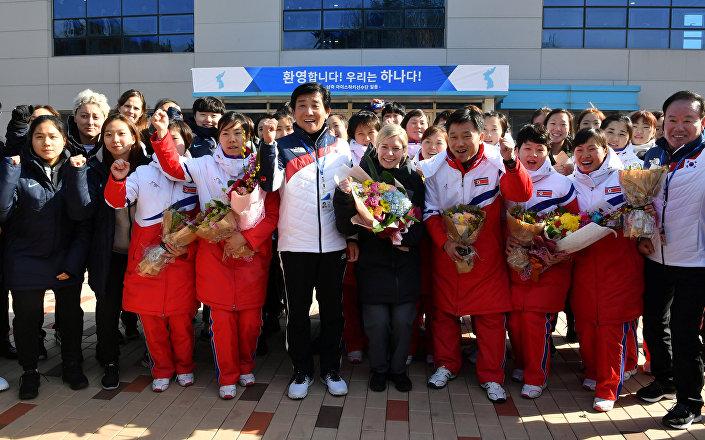 Kuzey Koreli kadın buz hokeyi sporcuları ve ortak takımın baş antrenörü Sarah Murray